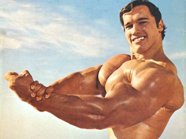 Arnold Schwarzenegger le culturiste à la plage
